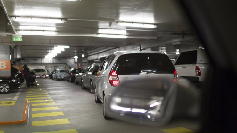 News News Zurich: la voiture se ferme avec un bébé à l'intérieur, les vitres résistent au marteau et finissent par céder au pied de biche