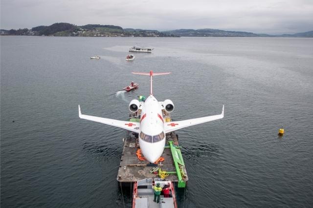 News News Un avion de la Rega arrive au musée par ferry